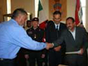 Il governatore della provincia di Dhi Qar consegna un attestato ad una guardia archeologica