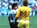 Diego Maradona e il portiere tedesco Schumacher (foto tratta dal sito ufficiale www.diegomaradona.com)