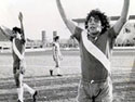 Diego Maradona con la maglia dell'Argentinos Junior (Foto tratta dal sito ufficiale www.diegomaradona.com)