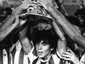 Diego Maradona alza la Coppa di Campione del Mondo Juniores (Foto tratta dal sito ufficiale www.diegomaradona.com)
